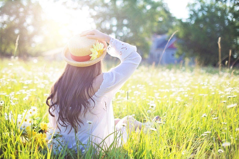 Flicka på fält - Solen