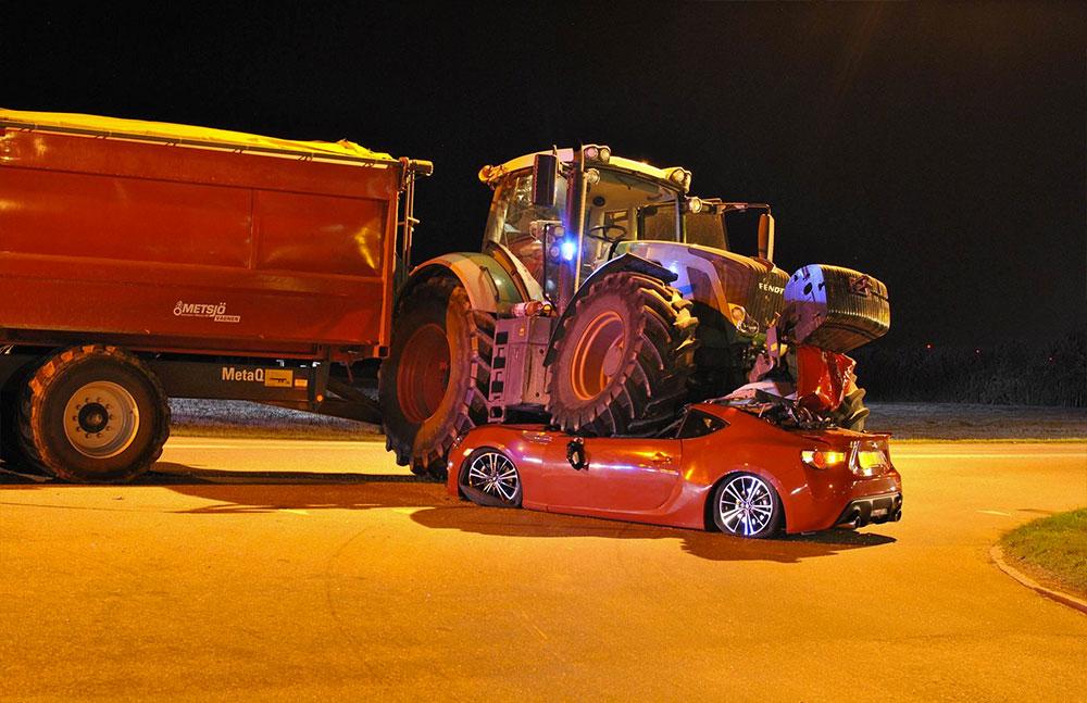 Trafikolycka-Traktor-Personbil-Kumla