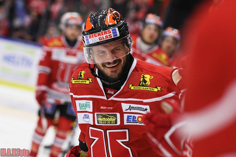 Johan Wiklander friar efter ett mål mot Djurgården.