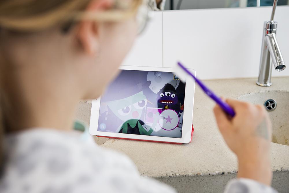 Barn borstar tänderna med Rocka munnen-appen