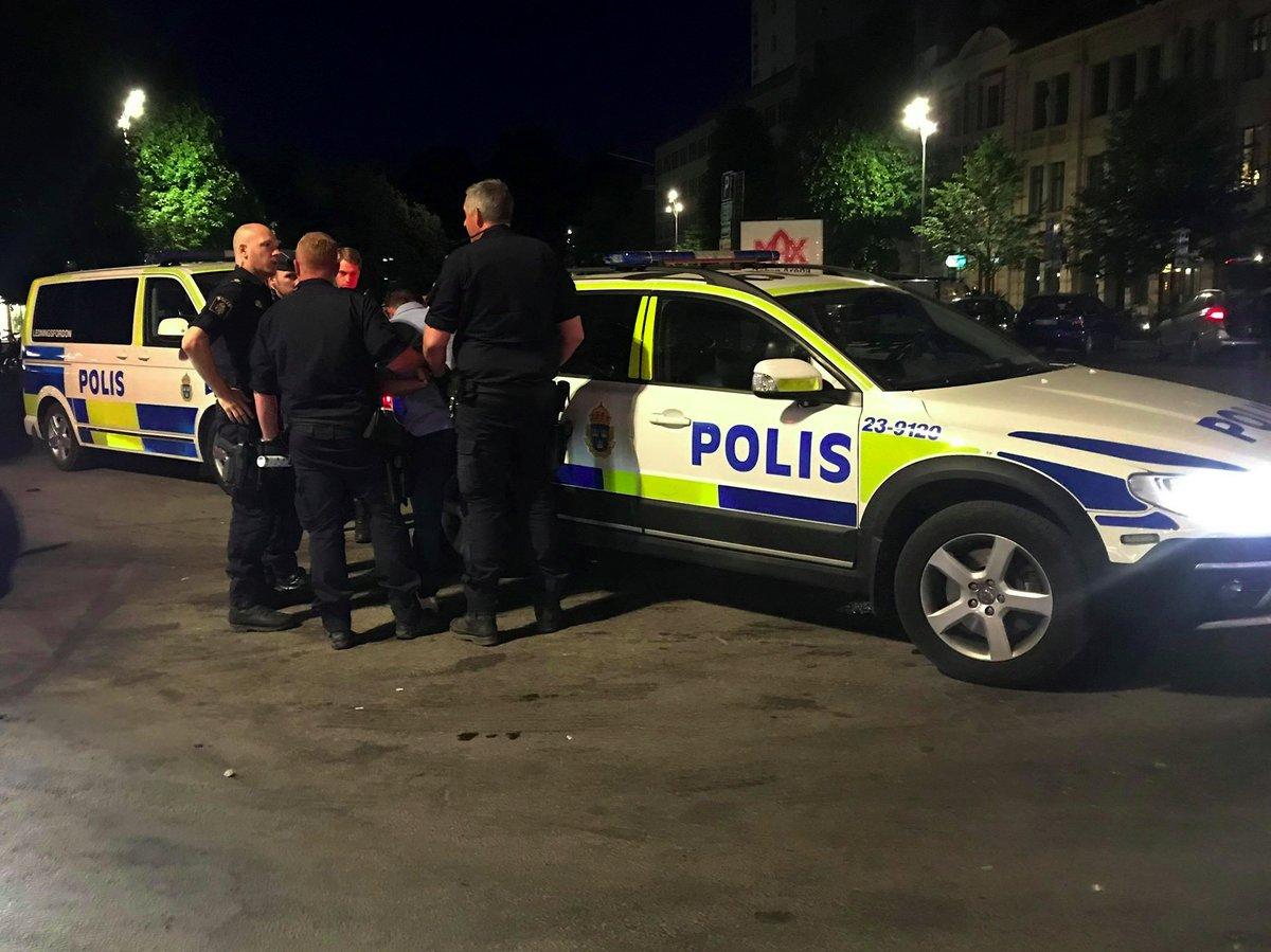 Polis griper man vid uteservering Sorella i Örebro
